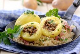 Kartoffelknödel mit Speckkraut in der Pfanne serviert